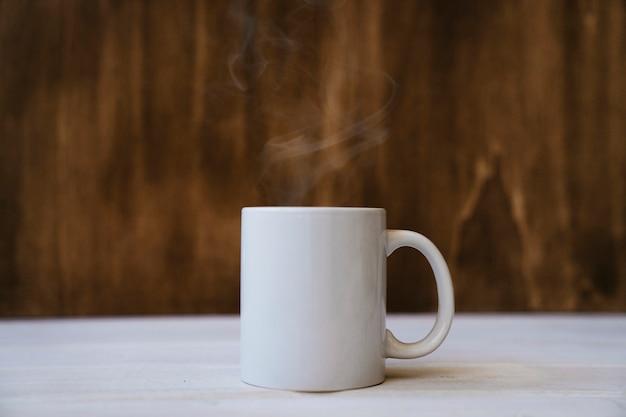Rokige mok met een hete drank Premium Foto