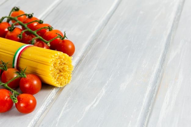 Rol spaghetti met kerstomaatjes Gratis Foto