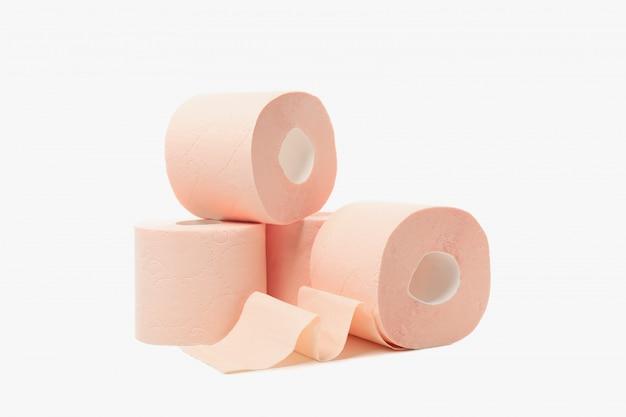 Rollen wc-papier op een witte achtergrond Premium Foto