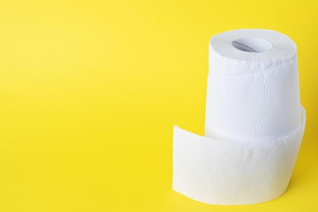 Rollen wit toiletpapier. kopieer ruimte. Premium Foto