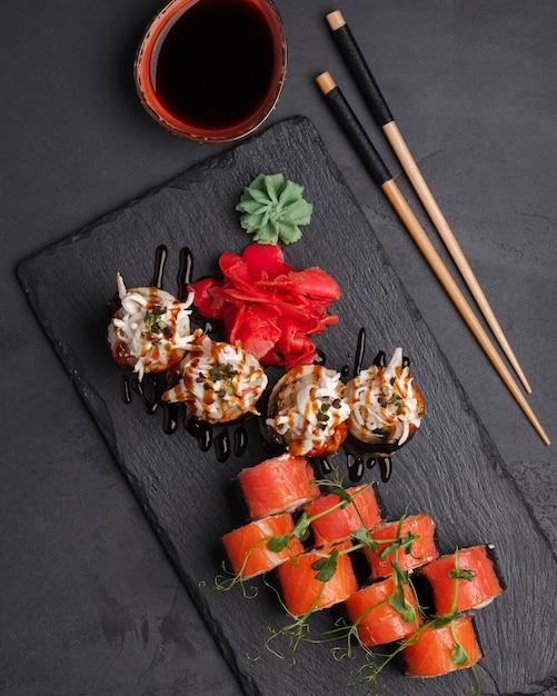 Rolls japanse en chinese traditionele cuisinesushibar set Premium Foto