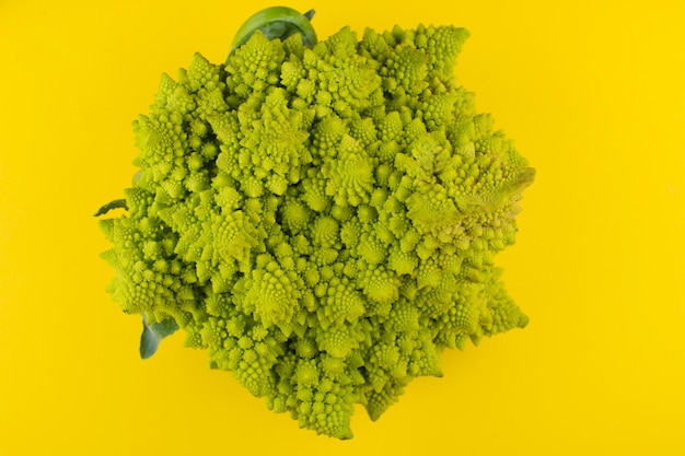 Romanesco-broccoli (roman-bloemkool) op een gele achtergrond Premium Foto