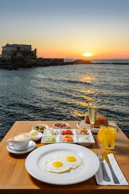 Romantisch diner met idyllisch panoramisch uitzicht op de middellandse zee Premium Foto