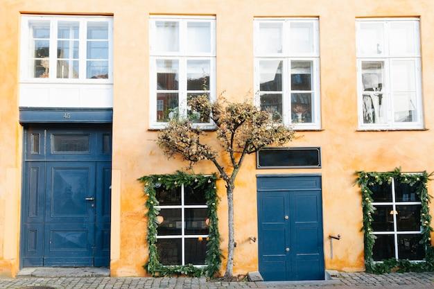 Romantisch gebouw in de voorsteden met oude voorgevel Gratis Foto