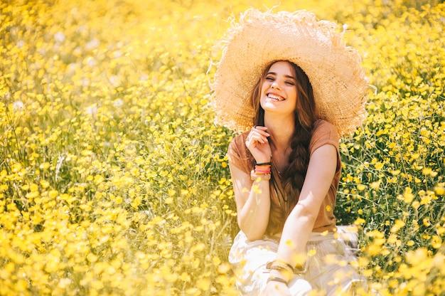 Romantisch hippiemeisje die zich op een gebied bevinden. zomer. hippie stijl. Premium Foto
