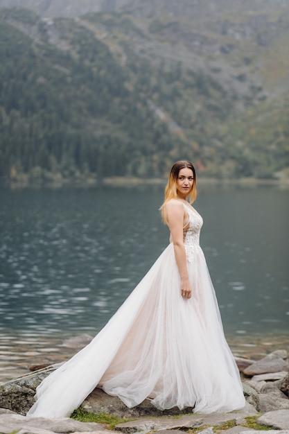 Romantisch huwelijkspaar in liefde status van het sea eye-meer in polen. tatra-gebergte. Gratis Foto