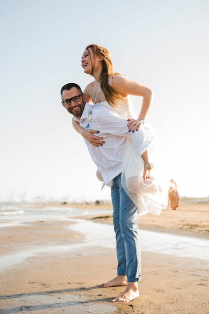 6444bac0c95 Romantisch jong paar dat de vakantie van de zomer op strand geniet ...
