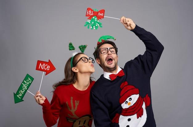 Romantisch moment voor nerdpaar met kerstmis Gratis Foto