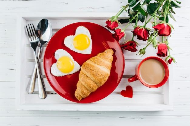 Romantisch ontbijt op houten dienblad Gratis Foto