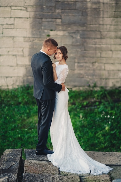 Romantisch paar bruid en bruidegom sensuele knuffels Premium Foto