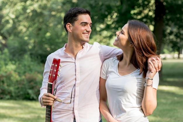 Romantisch paar dat elkaar in aard bekijkt Gratis Foto