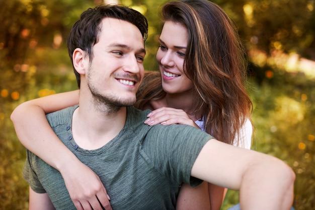 Romantisch paar dat in het park geniet Gratis Foto