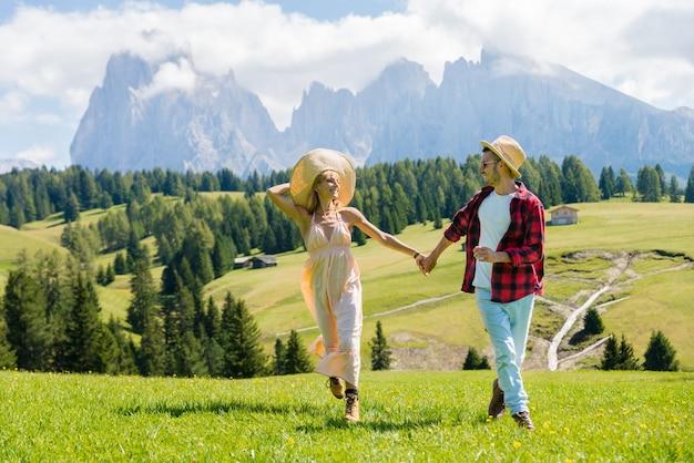 Romantisch paar dat van vrijheid geniet die op de heuvel loopt Premium Foto