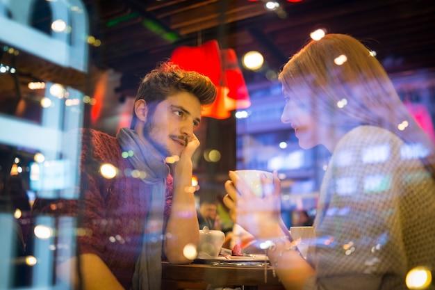Romantisch paar in de stad 's nachts Premium Foto
