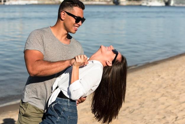 Romantisch paar met plezier op het strand Gratis Foto