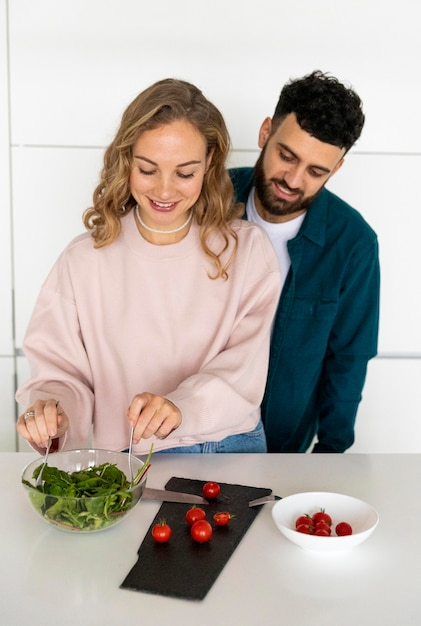 Romantisch paar samen koken thuis Gratis Foto