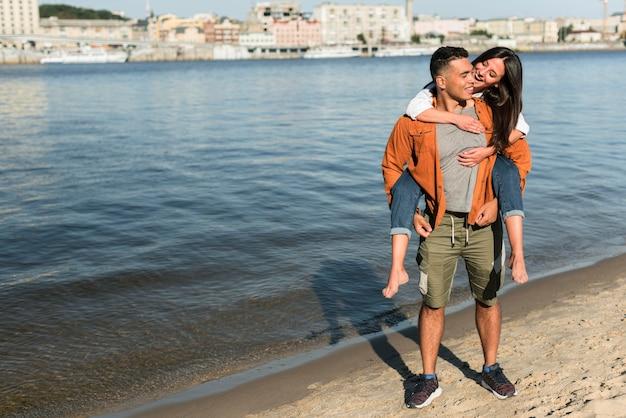 Romantisch paar tijd samen doorbrengen op het strand Gratis Foto