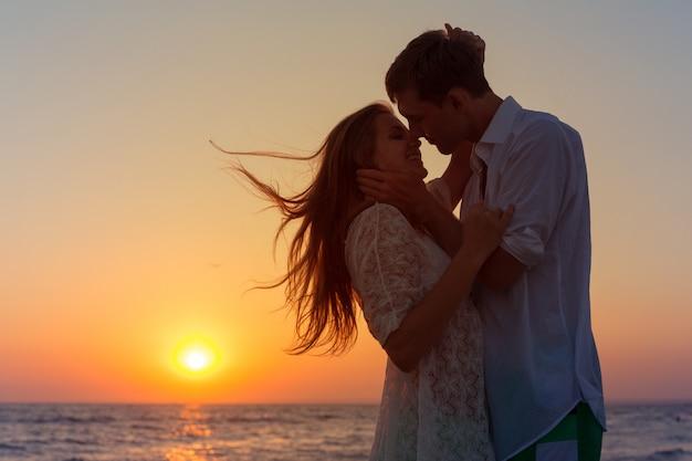 Romantisch paar zoenen op het strand Premium Foto