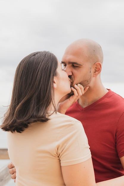 Romantisch paar zoenen Gratis Foto