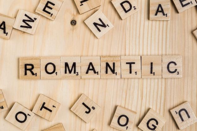 Romantisch woord op houten tegels Gratis Foto