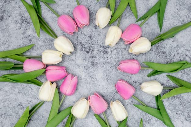Romantische compositie gemaakt met witte en roze tulpen Gratis Foto