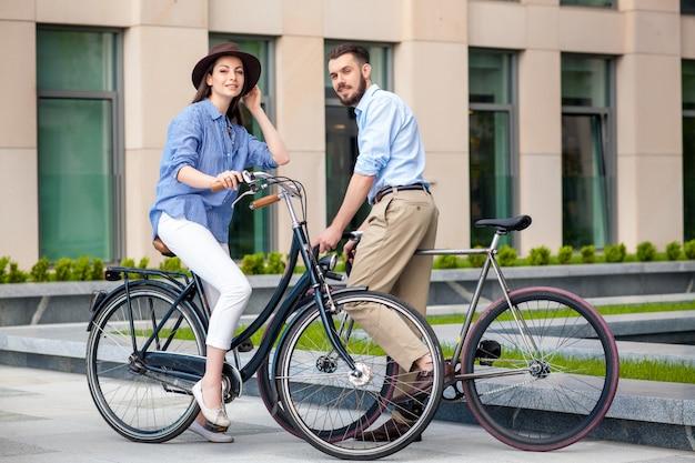 Romantische datum van jong koppel op fietsen Gratis Foto