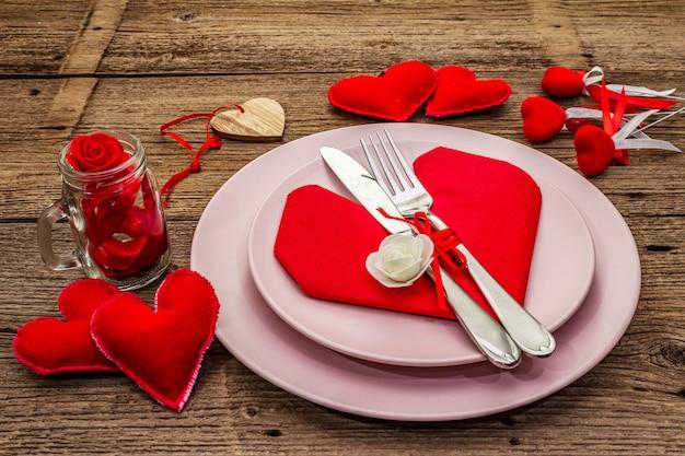 Romantische eettafel met borden en hartvormige servet Premium Foto