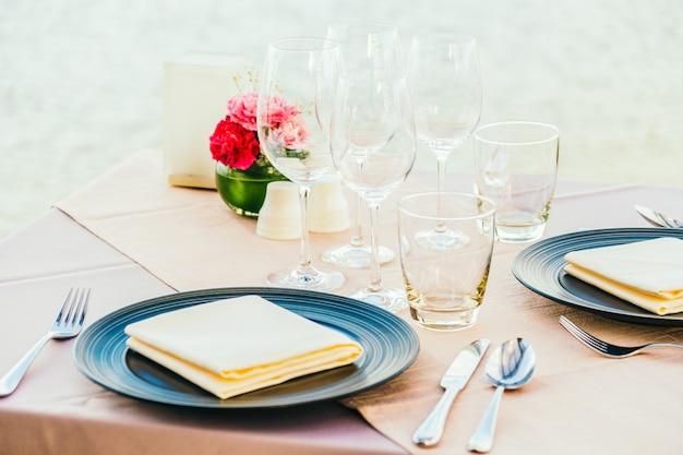 Romantische eettafel met wijnglas en andere Gratis Foto