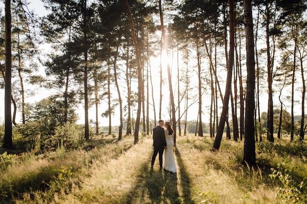 Romantische foto in het sprookjesbos. mooie vrouw Gratis Foto