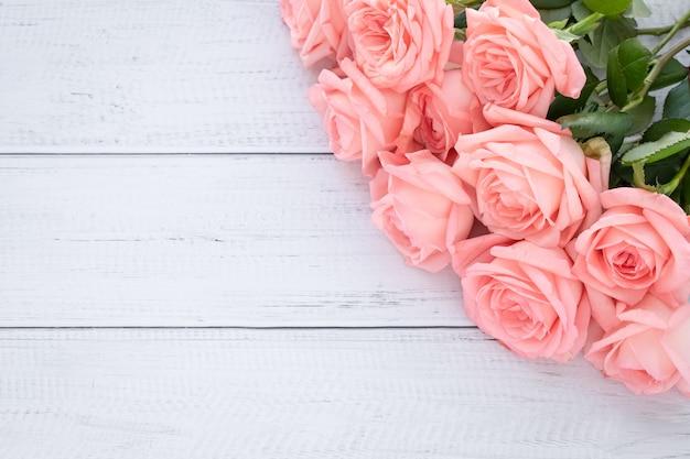 Romantische gift card met roze rozen. frame met bloemen, feestelijk mockup Premium Foto