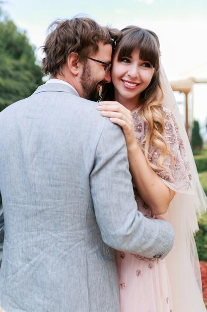 Romantische momenten van bruidspaar. bruid en bruidegom schrikken en genieten van de tijd om samen te komen. Gratis Foto