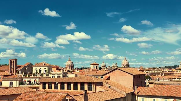 Rome, italië, vogelzicht aan de zijkant van capitol hill met daken en kerken Premium Foto