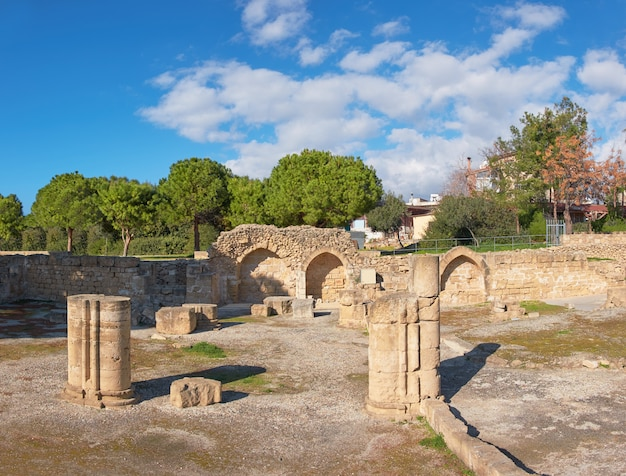 Romeinse kolommen en stenen bogen in paphos, cyprus Premium Foto