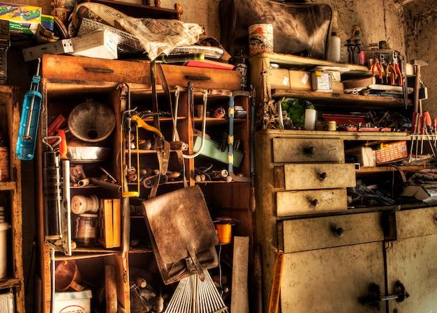 Rommelige garage Premium Foto