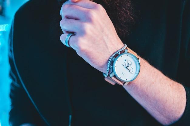 Rond wit en zilverkleurig chronograaf horloge met roze leren band Gratis Foto