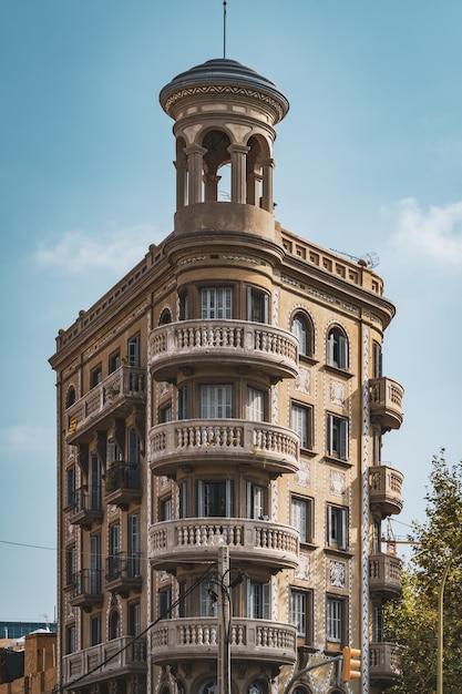 Ronde balkons op de ronde hoek van een neoklassiek gebouw Premium Foto