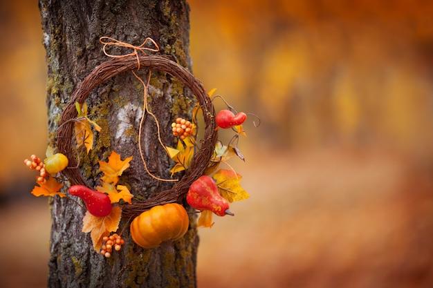 Ronde krans met op natuurlijke boom op herfst achtergrond. zonnige herfstdag, daglicht. copyspace Premium Foto