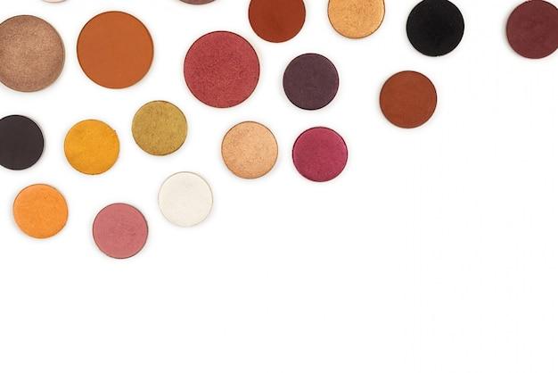 Ronde veelkleurige make-up oogschaduw geïsoleerd op wit. Premium Foto