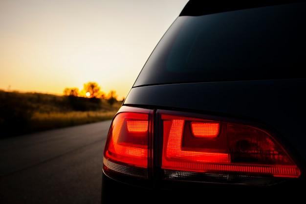 Rood achterlicht op de achtergrond van mooie zonsondergang Gratis Foto
