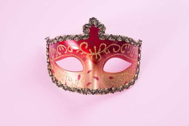 Rood carnaval-masker op roze lijst Gratis Foto