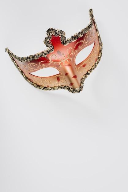 Rood carnaval-masker op witte lijst Gratis Foto