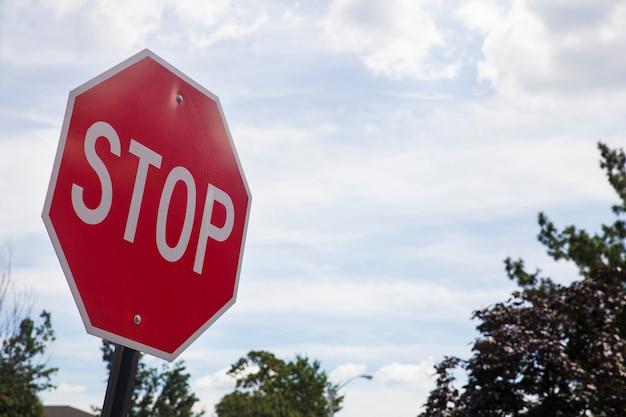 Rood eindeteken op de straat, kant van de wegverkeer voor het ophouden. Premium Foto