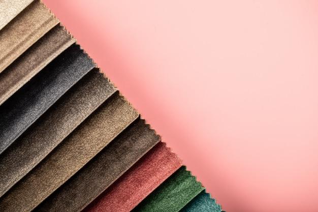 Rood en bruin kleurenpalet dat leren weefsels in de catalogus afstemt Gratis Foto