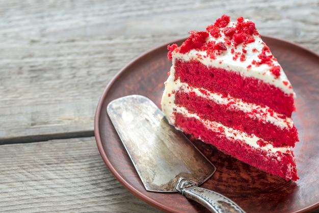 Rood fluwelen cake op de plaat Premium Foto