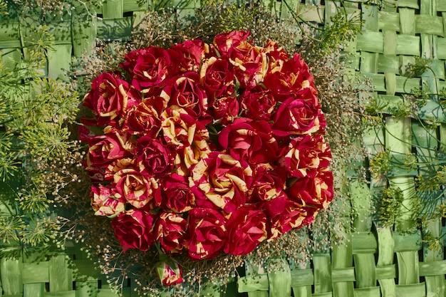 Rood-geel rozenboeket, bovenaanzicht Premium Foto