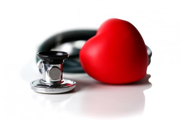 Rood hart en een stethoscoop op een wit Premium Foto