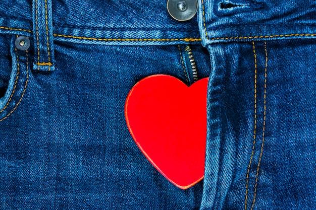 Rood hart in de vlieg van jeans. achtergrond voor valentijnsdag. Premium Foto