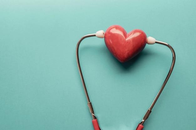 Rood hart met stethoscoop, hartgezondheid, ziektekostenverzekeringconcept, wereldhartdag, wereldgezondheidsdag Premium Foto