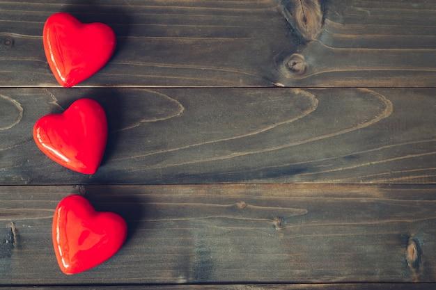 Rood hart op houten lijstachtergrond met exemplaarruimte Premium Foto