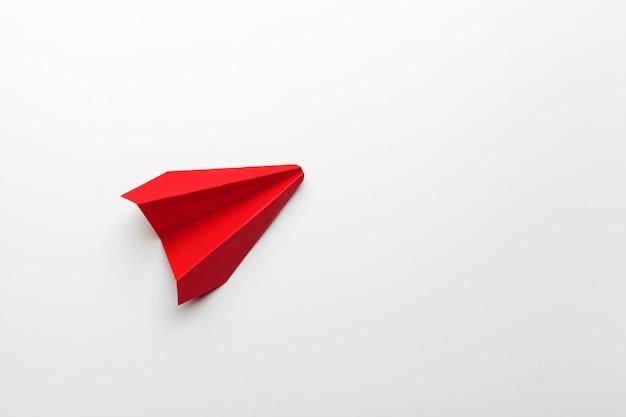 Rood papieren origami vliegtuig. vervoer en bedrijfsconcept Premium Foto